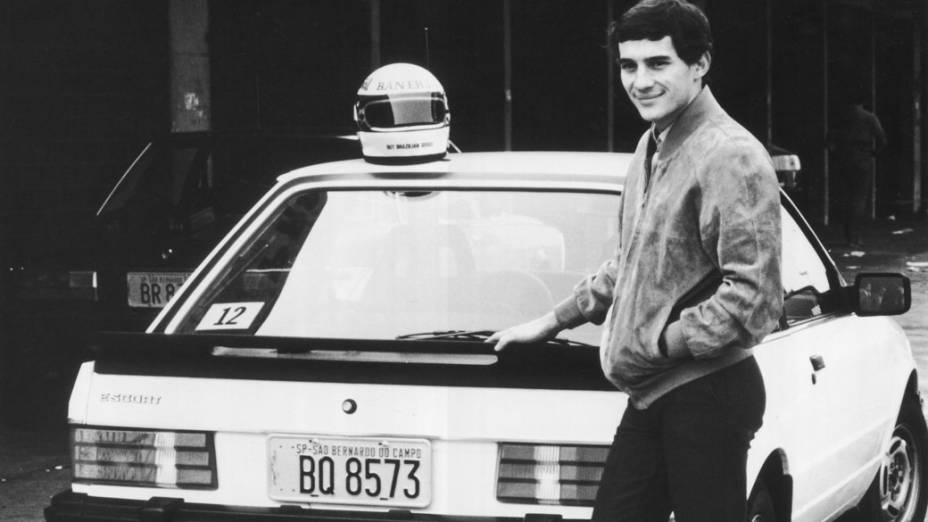 Ayrton Senna posa ao lado de um Escort