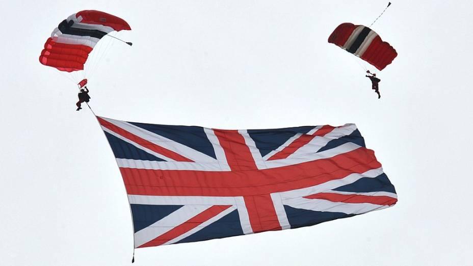 Time de paraquedistas abre bandeira britânica no céu