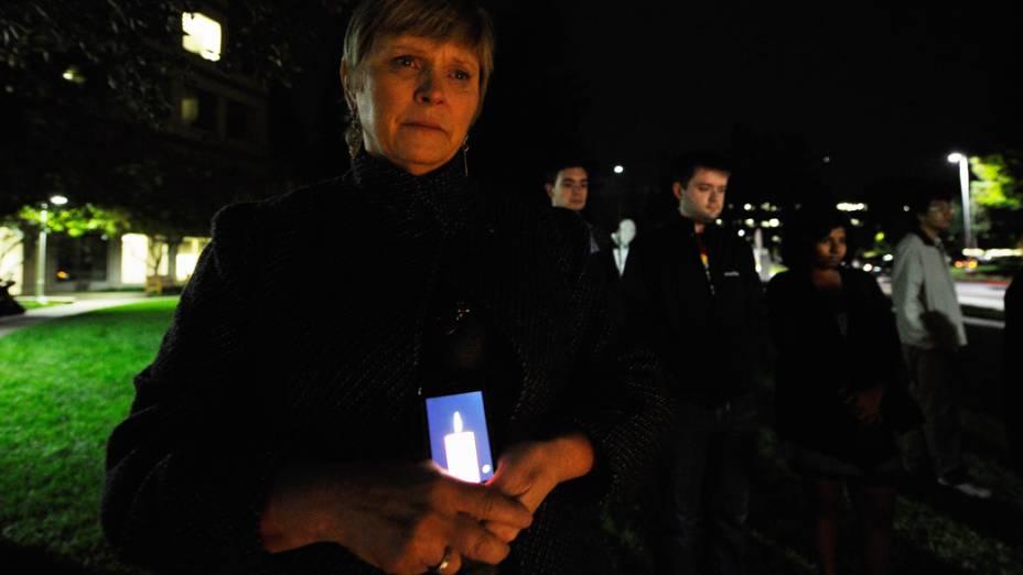 Pessoas se reunem em um memorial improvisado de Steve Jobs na sede da Apple, Califórnia