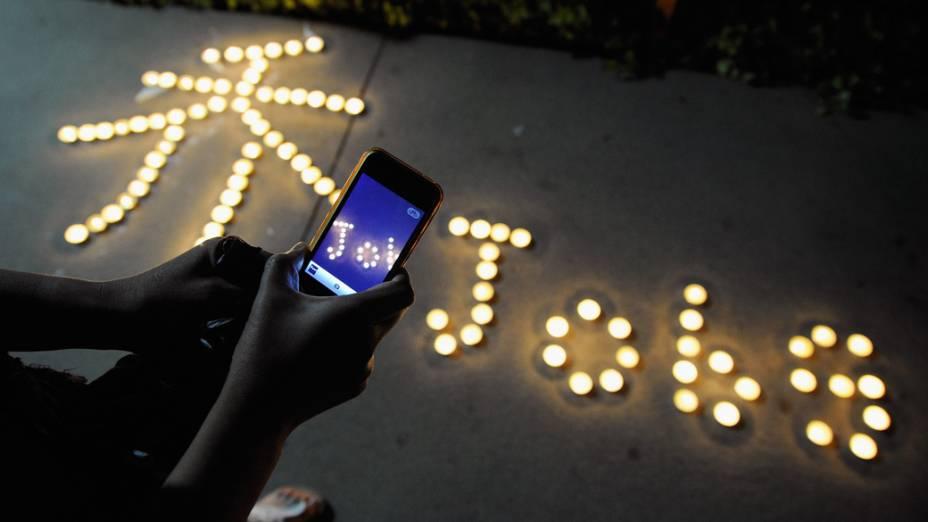 Homenagem no memorial improvisado de Steve Jobs na sede da Apple, Califórnia