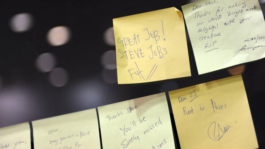 Stickies em homenagem a Steve Jobs são colados no vidro de uma loja da Apple em Kuala Lumpur, Malásia