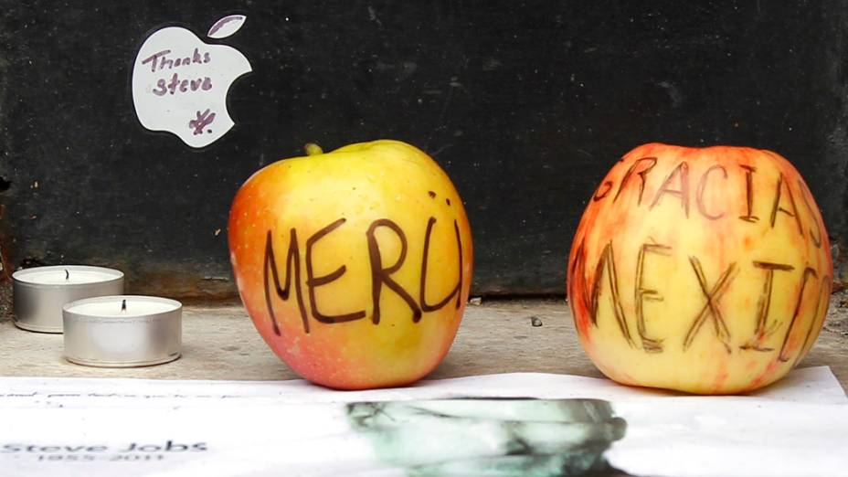 Maçãs em homenagem a Steve Jobs em uma loja da Apple em Paris