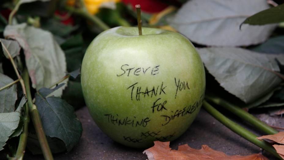 Maçã em homenagem a Steve Jobs em frente a uma loja da Apple em Londres