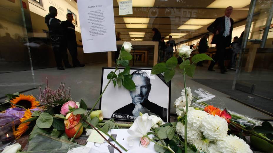 Homenagem a Steve Jobs em frente a uma loja da Apple em Frankfurt, Alemanha