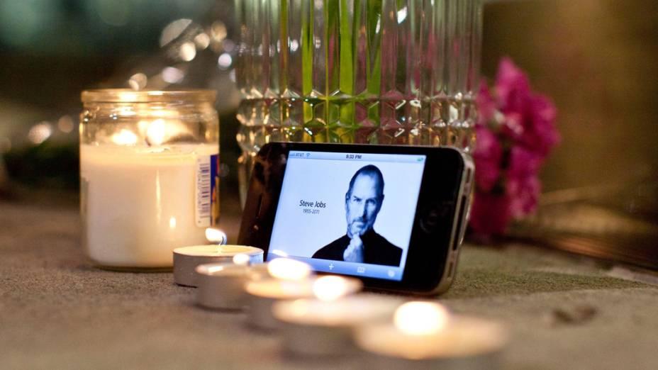 Homenagem a Steve Jobs em frente a uma loja da Apple em Nova York
