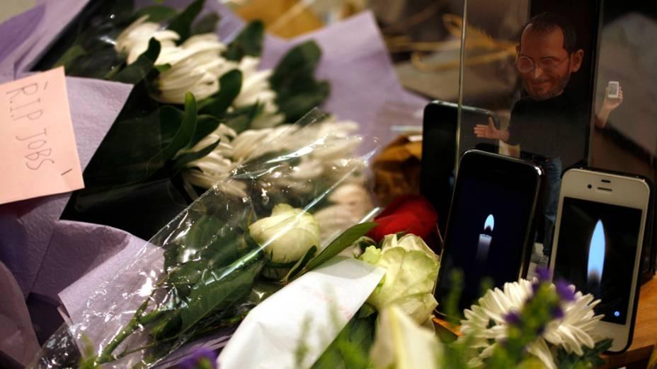Iphones simulam velas acesas em homenagem a Steve Jobs em uma loja da Apple em Hong Kong, China