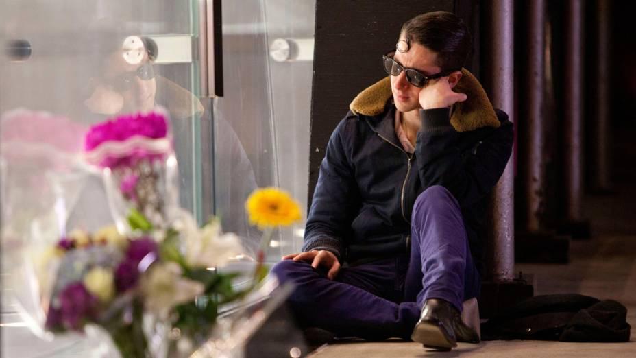 Homem do lado de fora de uma loja da Apple em Nova York