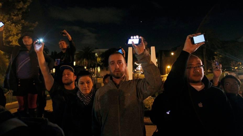 Pessoas prestam homenagem a Steve Jobs com aparelhos da Apple na Califórnia