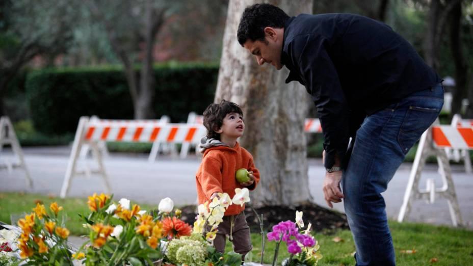Andreas Raptopoulos e seu filho fazem homenagem na calçada da casa de Steve Jobs, Califórnia