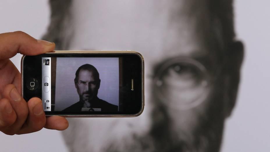 Homem fotografa homenagem a Steve Jobs com um iPhone em Londres