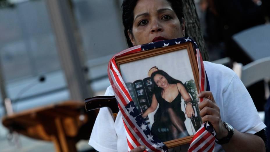 Linda Torrens segura um retrato de sua prima Janine Nicole Gonzalez, que foi morta no ataque ao World Trade Center, durante as homenagens do 11º aniversário da tragédia