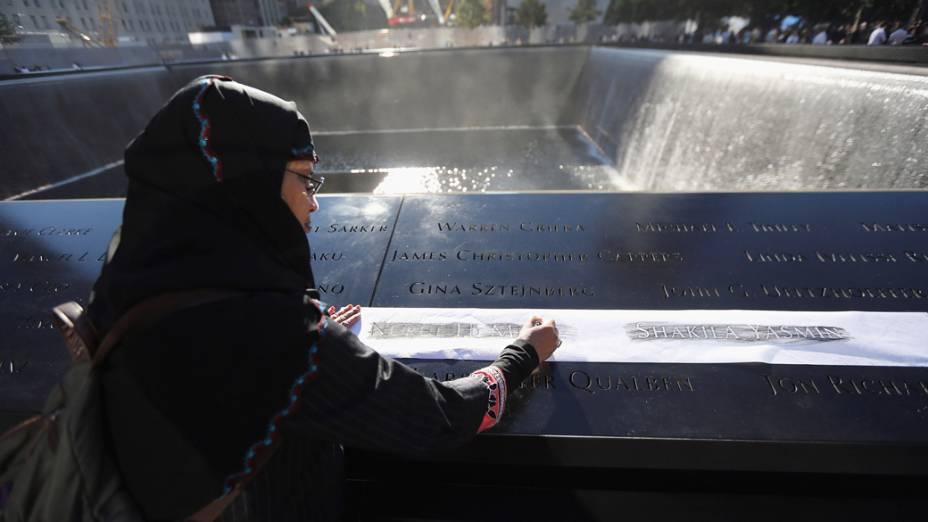 <br><br>  Khudeza Begum grava o nome de seu sobrinho, durante as cerimônias para o décimo primeiro aniversário dos ataques terroristas ao World Trade Center<br><br>