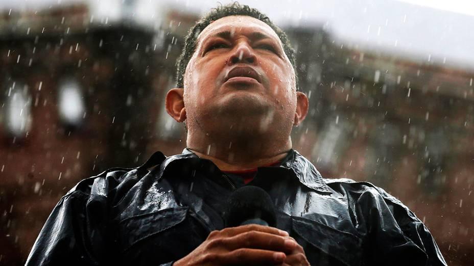 Embaixo de chuva, Chávez faz seu último comício antes das eleições de outubro de 2012