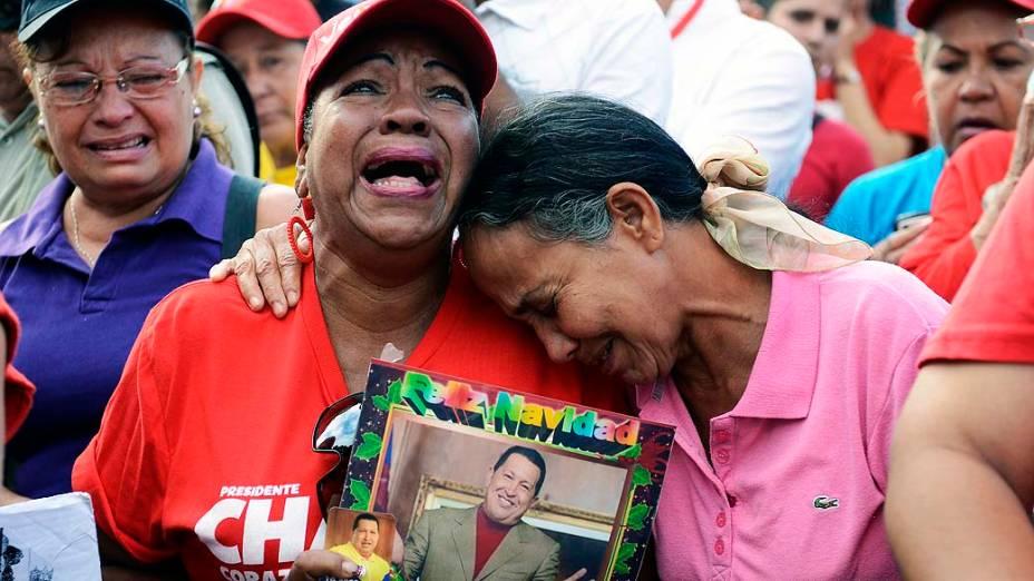 Chavistas se emocionam em frente ao Hospital Militar em Caracas