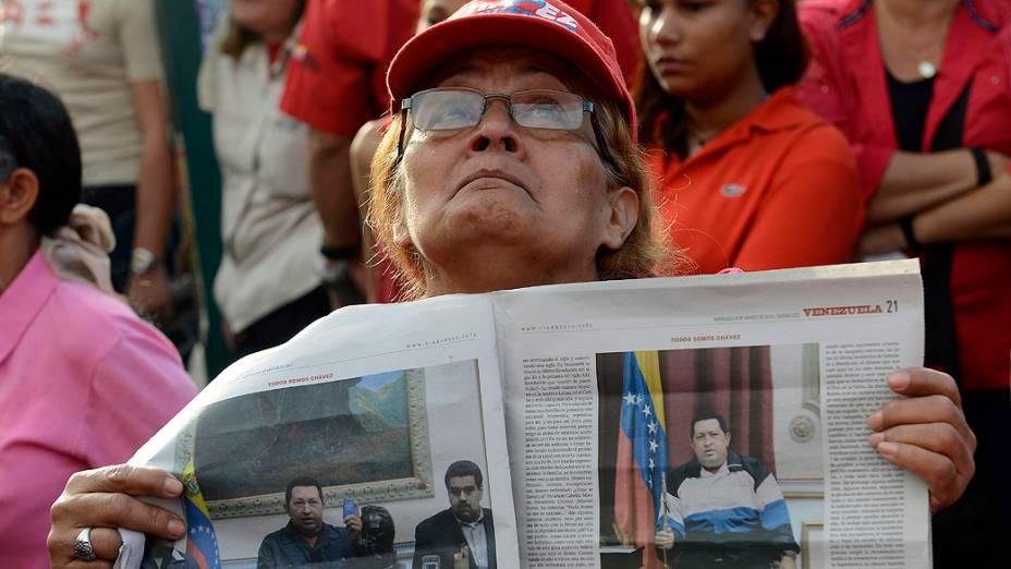 Apoiadores foram à frente do Hospital Militar para adeus a Hugo Chávez em Caracas, nesta quarta-feira (06)