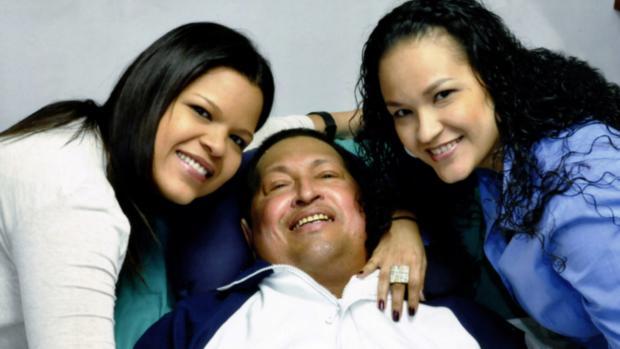 Fotografia divulgada pelo governo venezuelano mostra Hugo Chávez com as filhas Rosa Virginia (dir) e María Gabriela. Segundo informações do governo, a foto foi tirada nesta quinta-feira, dia 14 de fevereiro