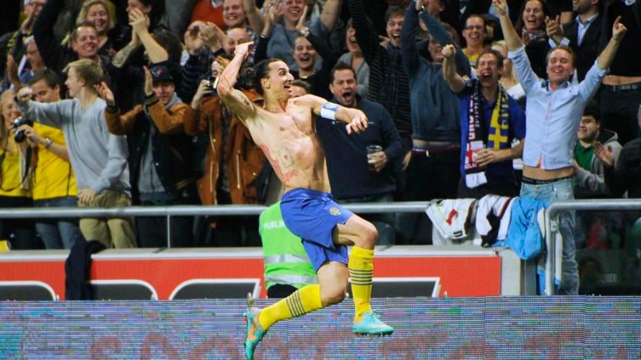 Ibrahimovic comemora seu golaço no amistoso contra a Inglaterra, em Estocolmo