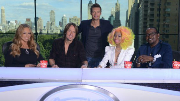 Os jurados do American Idol, Mariah Carey, Keith Urban, Nicki Minaj e Randy Jackson, com o apresentador Ryan Seacrest no meio