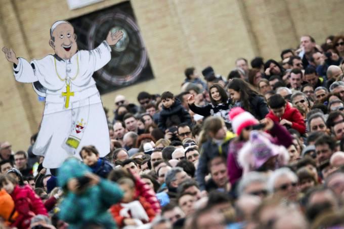 imagem-animada-do-papa-francisco-e-vista-em-meio-a-multidao-na-praca-de-sao-pedro-original.jpeg