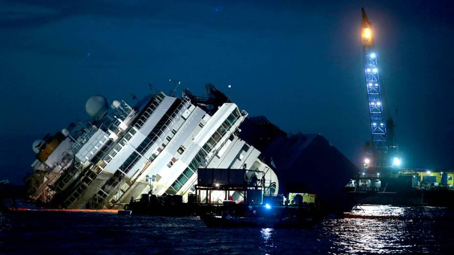 Operação para desencalhar o cruzeiro Costa Concordia vai durar a noite inteira, segundo Franco Gabrielli, da Defesa Civil