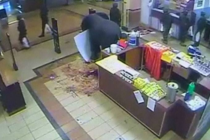 imagens-das-cameras-de-seguranca-do-shopping-westgate-em-nairobi-mostram-soldados-quenianos-saqueando-lojas-apos-atentado-terrorista-original.jpeg