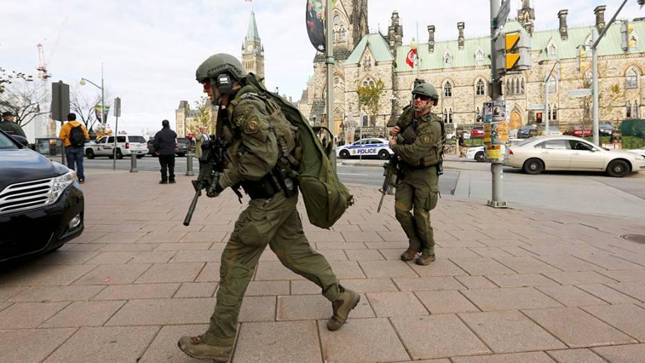 Movimentação do lado de fora do Parlamento canadense, alvo de um ataque a tiros nesta quarta-feira
