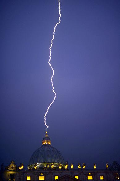 O fotógrafo Filippo Monteforte registrou na noite desta segunda-feira (11) o momento exato em que um raio atingiu a cúpula da Basílica de São Pedro, no dia em que o Papa Bento XVI anunciou renúncia