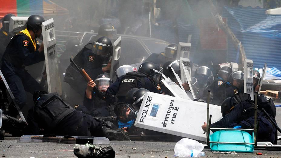 Três pessoas morreram e dezenas ficaram feridas durante confrontos entre a polícia e manifestantes que exigem a renúncia da primeira-ministra Yingluck Shinawatra, acusada nesta terça-feira (18) de negligência pela comissão anticorrupção da Tailândia<br>