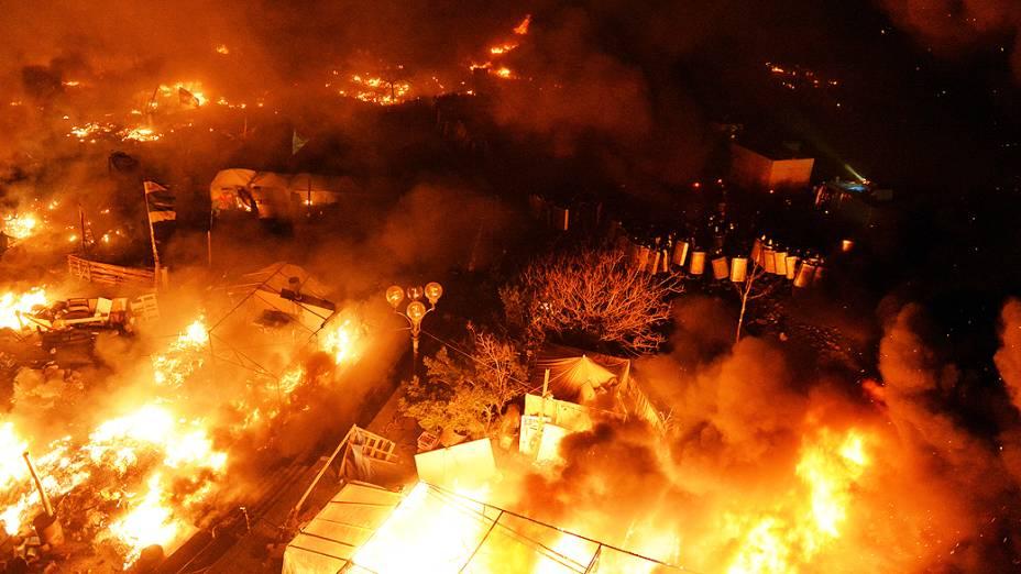 Acampamento de manifestantes pega fogo na Praça da Indepêndencia em Kiev, na madrugada desta quarta-feira (19)