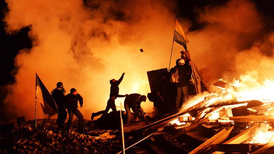 Manifestantes entram em confronto com policiais no centro de Kiev, na Ucrânia, na manhã desta quarta-feira (19). O número de mortos chega a 25 em Kiev no dia mais violento desde que os protestos contra o presidente Viktor Yanukovich começaram