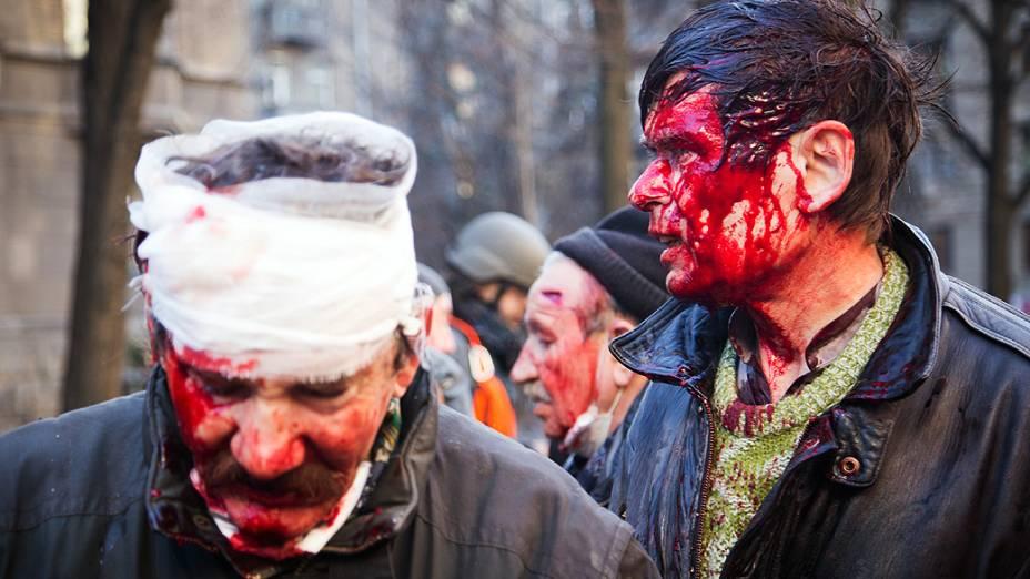 Manifestantes entram em confronto com policiais no centro de Kiev, na Ucrânia, na manhã desta quarta-feira (19)