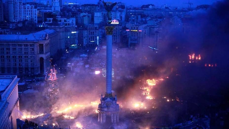 Focos de incêndio na Praça da Independência durante protestos contra o governo no centro de Kiev