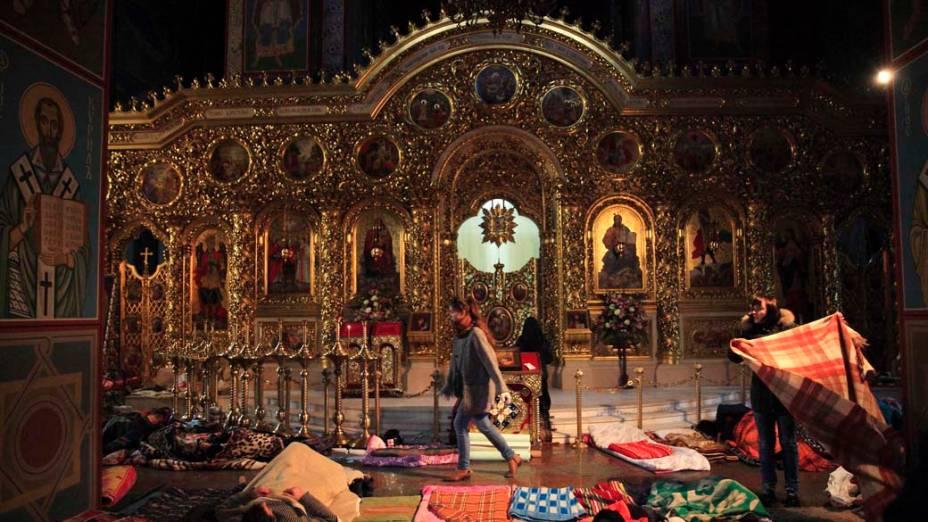 Em Kiev, catedral serve como abrigo temporário e posto de primeiros socorros para os manifestantes contra o governo da Ucrânia
