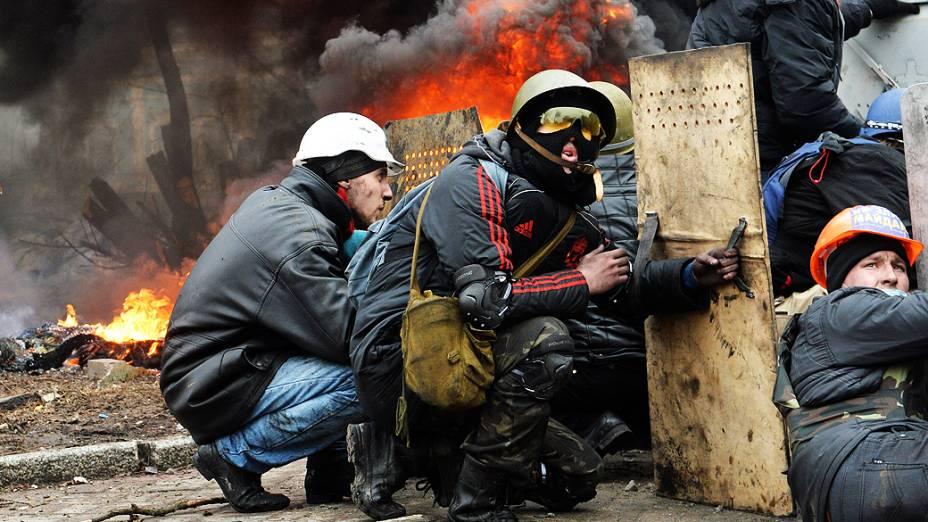 Manifestantes entram em confronto com policiais no centro de Kiev, na Ucrânia, na manhã desta quinta-feira (20)