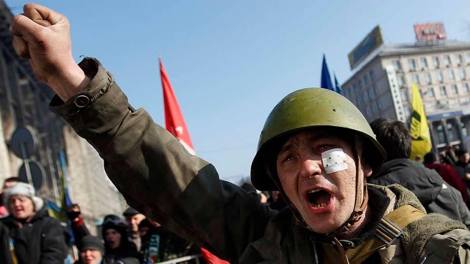 Manifestante anti-governo durante um comício em Kiev