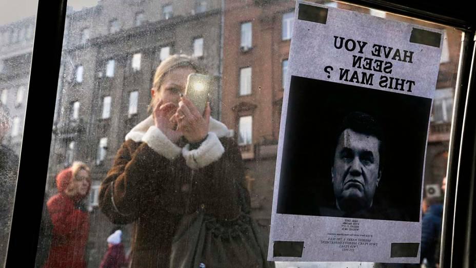Cartaz de Procurado com a foto do presidente deposto da Ucrânia, Victor Yanukovich, colocado na janela de um carro usado como parte de uma barricada perto da Praça da Independência, em Kiev, nesta segunda-feira (24)