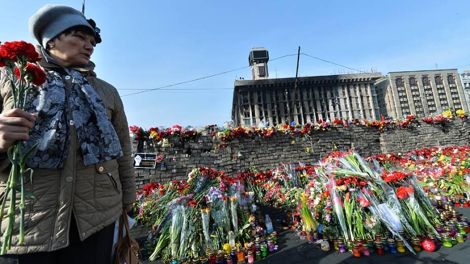 Ucranianos deixam flores em barricadas em memória dos mortos em confrontos