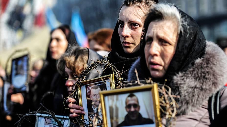 Ucranianos prestam homenagem aos mortos nos confrontos que acabaram por derrubar o presidente Viktor Yanukovych