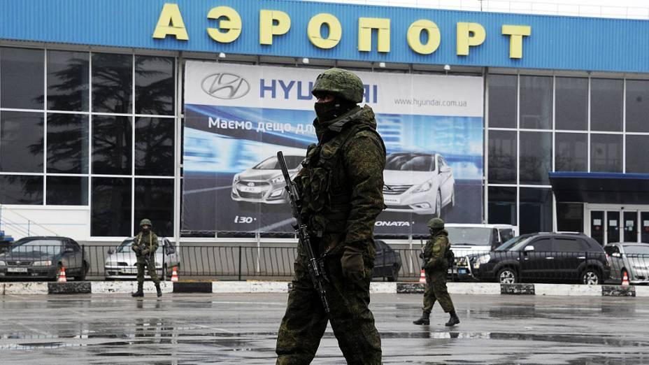 Homens armados patrulham o aeroporto de Simferopol, na república autônoma da Crimeia, sul da Ucrânia, nesta sexta-feira (28)