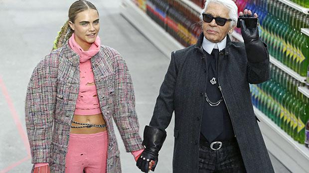 A modelo Cara Delevingne com o estilista Karl Lagerfeld no encerramento do desfile da Chanel, em Paris