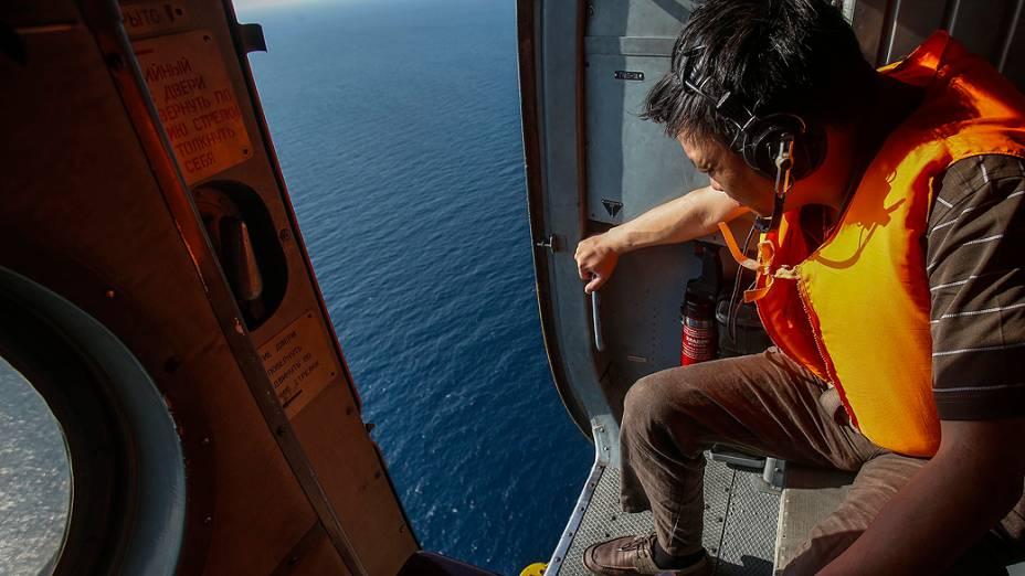 <p>Equipes de busca de vários países utilizam aviões para vasculhar os mares entre a Malásia e Vietnã, à procura de vestígios do Boeing 777 da Malaysia Airlines, que desapareceu das telas de controle de tráfego aéreo, com 239 pessoas a bordo, pouco de pois de decolar</p>