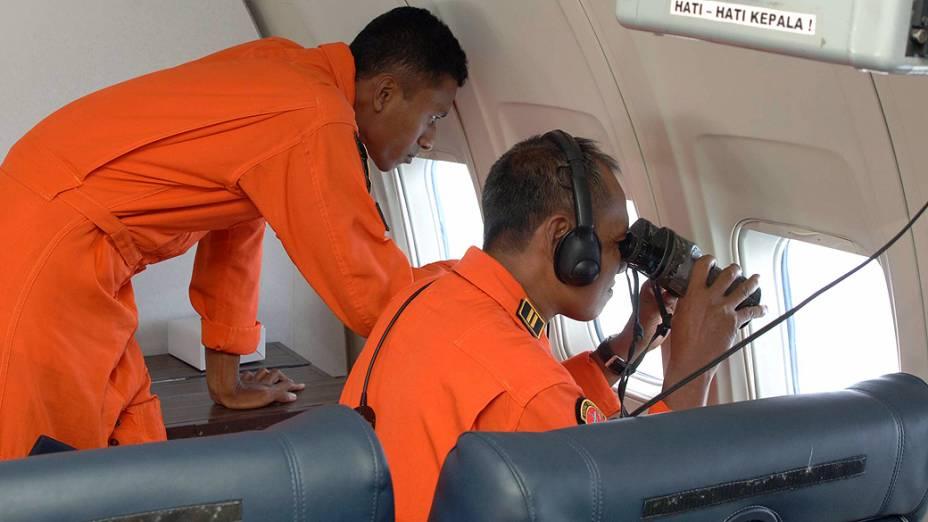 <p>Equipes de busca de vários países utilizam aviões para vasculhar os mares entre a Malásia e Vietnã, à procura de vestígios do Boeing 777 da Malaysia Airlines, que desapareceu das telas de controle de tráfego aéreo, com 239 pessoas a bordo, pouco depois de decolar</p>