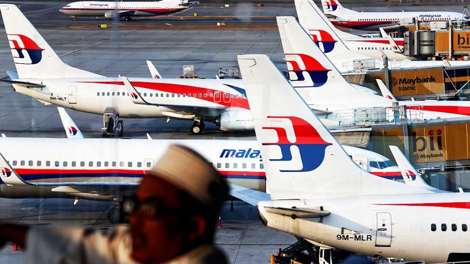 <p>Parente de passageiro a bordo do avião da Malaysia Airlines, desaparecido desde o último sábado (7), espera por notícias no Aeroporto Internacional de Kuala Lumpur</p>