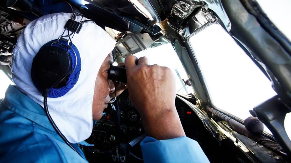 <p>Militares da Indonésia procuram sinais de Boeing 777 da Malaysia Airlines que desapareceu das telas de controle de tráfego aéreo, com 239 pessoas a bordo, pouco depois de decolar</p>