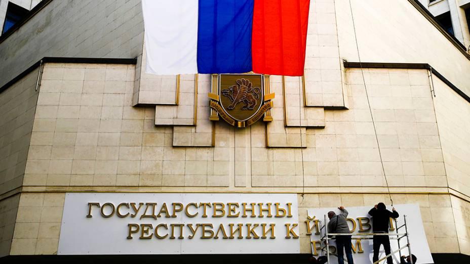 Após incorporação da Crimeia à Rússia, letreiro do Parlamento local é trocado por Conselho do Estado da República da Crimeia em Simferopol