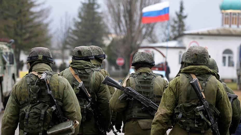 Soldados russos patrulham área circundante da unidade militar ucraniana em Perevalnoye, na região de Simferopol, Crimeia, nesta quinta-feira (20)