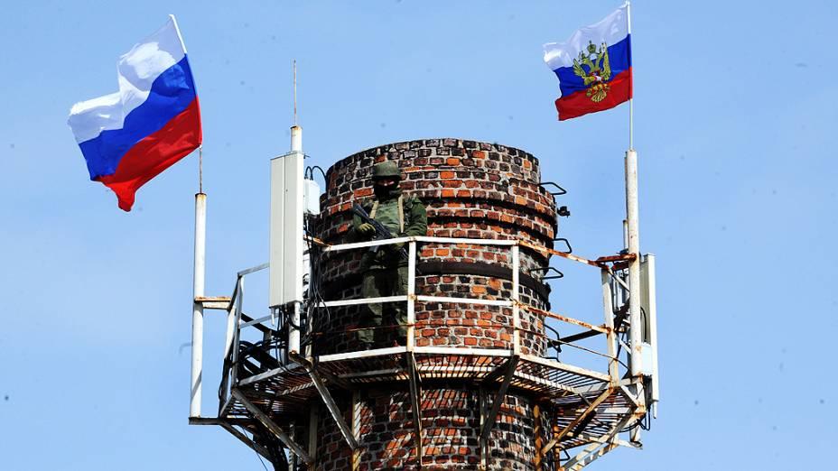 Soldado russo patrulha torre na Crimeia, nesta quianta-feira (20)