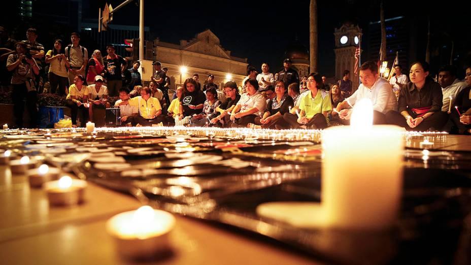 <p>Famílias fazem orações durante vigília em praça de Kuala Lumpur, na Malásia, para marcar o aniversário de um mês do desaparecimento do jet MH370, avião da Malaysia Airlines que sumiu no Oceano Índico e até agora não foi encontrado</p>