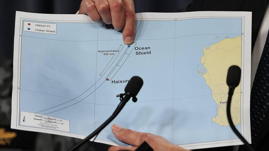 <p>Angus Houston, chefe do grupo que lidera a procura pelo voo 370 da Malaysia Airlines, mostra local onde foram detectados sinais compatíveis com os de caixas-pretas</p>