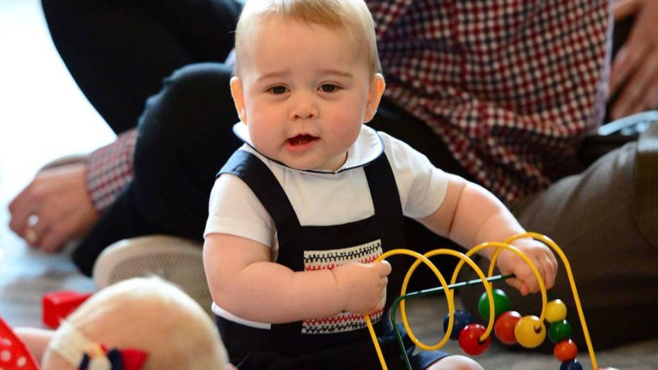 Príncipe George, brincou com um grupo de bebês durante uma reunião informal de seus pais na sede do governo da cidade de Wellington, a capital da Nova Zelândia